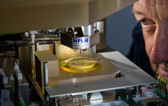 TU Ilmenau nimmt Hochpräzisionsmaschine an Universität Stuttgart in Betrieb