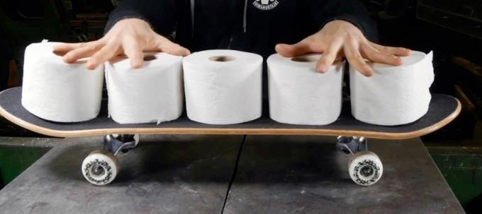 Lässt sich aus Toilettenpapier ein Skateboard fertigen?
